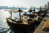 παραδοσιακά άμπρα πλοία στο τον κολπίσκο στο ντουμπάι, ηνωμένο αραβικά εμίρης — Φωτογραφία Αρχείου