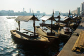 Traditional Abra ferries at the creek in Dubai, United Arab Emir — Foto de Stock