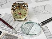 Gouden klok en kantoorbenodigdheden — Stockfoto