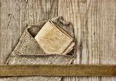 复古纸页和在木板上的笔记 — 图库照片