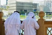 Dos hombres árabes anónimos en la tradicional ropa blanca — Foto de Stock