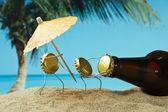 Rolha de garrafa engraçado em uma praia arenosa — Fotografia Stock