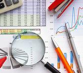 Förstoringsglas och arbetsdokumentet — Stockfoto