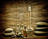 Frascos de óleos de perfume no laboratório da fragrância — Foto Stock
