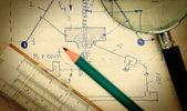 Vergrootglas en een regel van de dia op de oude pagina met de regelsvoororganizatie — Stockfoto