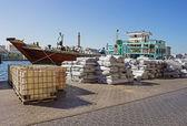 Loď v přístavu said v dubaji — Stock fotografie