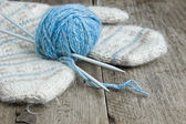 Balls of yarn and mittens — Stock Photo