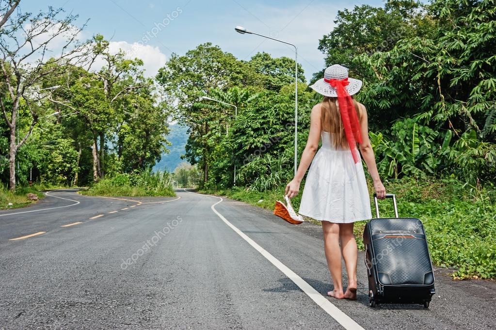 Resultado de imagen para mujer caminando de espaldas con maleta