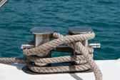 Knot on a bollard of a boat. Blue sea in a background — Stock Photo