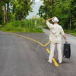 A man with a suitcase is on a fork in the road — Foto Stock