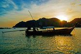 Longtail tradicional barco ao pôr do sol na ilha de phi phi leh, tailandês — Fotografia Stock