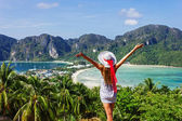 女孩在一个穿着背景下的 t 的海湾度假村 — 图库照片