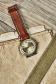 Vintage papier en oud gebroken horloge op houten planken — Stockfoto