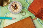 Compás de la cartera y el pasaporte en el viejo mapa — Foto de Stock
