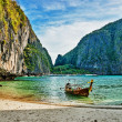 Traditional longtail boat in the famous Maya bay of Phi-phi Leh — Stock Photo