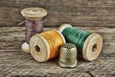 Natura morta di rocchetti di filo — Foto Stock