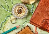 指南针的钱包和护照上的旧地图 — 图库照片