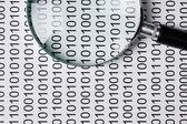 Lupa de un código binario — Foto de Stock