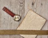 Papier vintage et vieux cassé montre sur des planches en bois — Photo