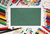 Cadre d'une variété de fournitures de bureau et d'un livre vert pour la remarque — Photo