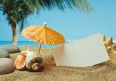 Playa de arena en la costa tropical — Foto de Stock