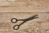 Old rusty scissors on the wooden background — ストック写真