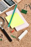 Forniture per ufficio in un pasticcio sul tavolo — Foto Stock