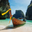 Traditional longtail boats in the famous Maya bay of Phi-phi Leh — Stock Photo #25281613