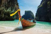Traditionellen Longtail-Boote in der Bucht von Phi Phi Leh berühmte maya — Stockfoto