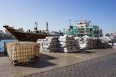 Loading a ship in Port Said in Dubai — Stock Photo