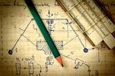 Ołówek i suwak logarytmiczny na starej stronie z obliczeń w — Zdjęcie stockowe