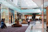 Uvnitř moderní a luxusní nákupní centrum, dubaj, spojené arabské emiráty — Stock fotografie