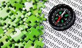 Puzzles et une boussole sur un code binaire — Photo