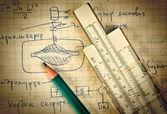 Lápis e uma régua de cálculo na página antiga com os cálculos em — Foto Stock