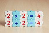 Vzdělávací bloky s matematické problémy na stůl — Stock fotografie