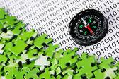 Puzzles y brújula en un código binario — Foto de Stock