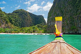 Traditional Thai Longtail boat and island of Phi Phi Leh on the — Stock Photo