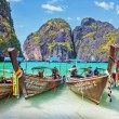 Traditional longtail boats in the famous Maya bay of Phi-phi Leh — Stock Photo #29870411