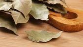 Torr lagerblad på en skärbräda i trä kök — Stockfoto