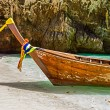Traditional longtail boats in the famous Maya bay of Phi-phi Leh island — Foto Stock