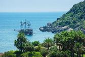 Paisaje marino con velero en el horizonte — Foto de Stock