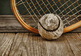 Racchetta e palla da tennis vecchio — Foto Stock