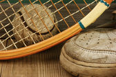 Old tennis ball and sneakers — Stockfoto