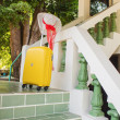 Straw hat and a yellow bag on the steps of the house — Stock Photo