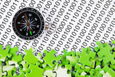 Rätsel und kompass auf einen binären code — Stockfoto