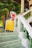 Hasır şapka ve evin merdivenlerinde sarı çanta — Stok fotoğraf
