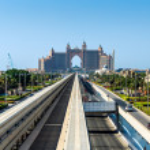 Atlantis hotel and monorail train in Dubai — Стоковое фото