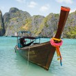 Traditional longtail boats in the famous Maya bay of Phi-phi Leh island — Stock Photo
