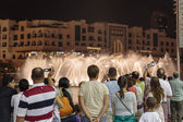 Tourists take pictures of a fountain in Dubai — Stockfoto