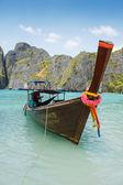 Traditionellen longtail-boote in der bucht von phi phi leh insel berühmte maya — Stockfoto